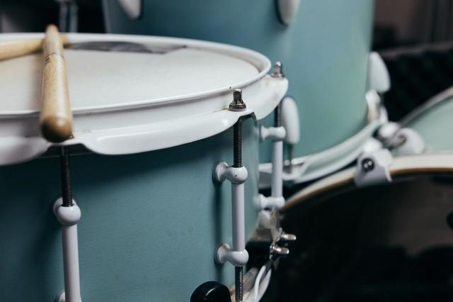 drumsticks-resting-on-snare.jpg