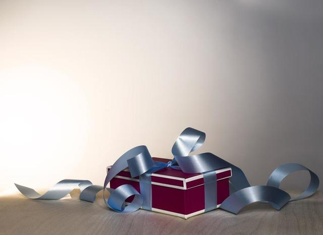 gift-box-curly-ribbon.jpg