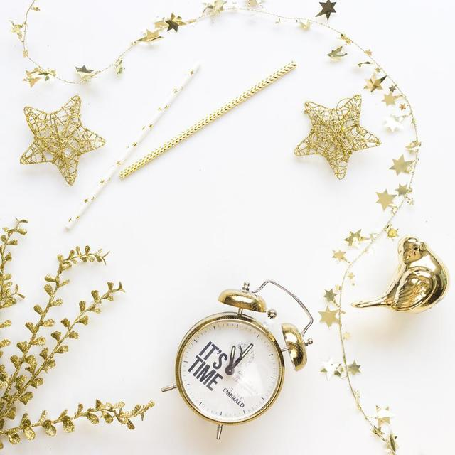 gold-wire-frame-stars-christmas-decorations-and-a-clock.jpg