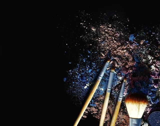 makeup-brushes-with-nude-and-blue-powders.jpg